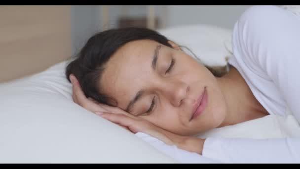 Klidný klid mladá smíšená rasa žena dobře spí.