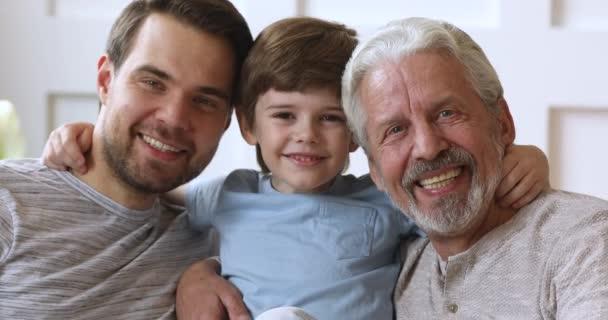fröhliche generationenübergreifende Männer Familie lachen umarmende Bindung, Nahaufnahme Portrait