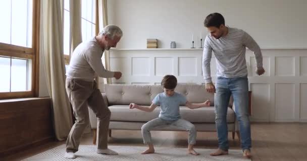 Bezstarostné mezigenerační muži rodina tanec společně v obývacím pokoji