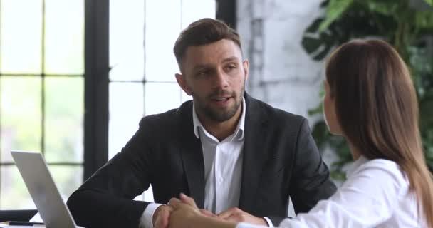 Usmívající se muž bankéř konzultovat ženský klient podepsat dohodu