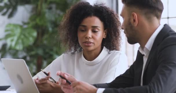 Afrikanischer Finanzberater berät kaukasische männliche Kunden und erklärt Vertragsvorteile