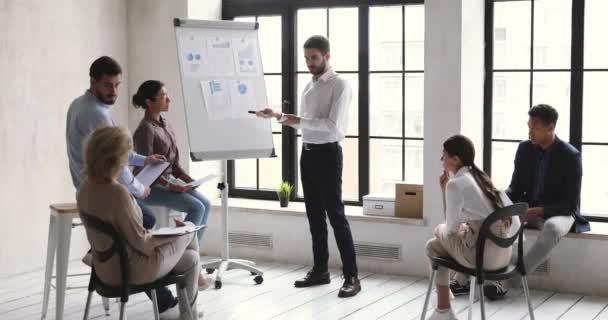 Mladý podnikatel manažer výuky multietnických podnikatelů dát firemní prezentaci