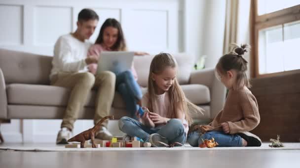 glücklich entspannte Familie genießen Freizeitaktivitäten Lebensstil im Wohnzimmer