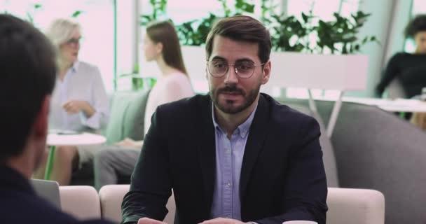 Selbstbewusster Geschäftsmann Jobbewerber beantwortet Fragen im Bewerbungsgespräch