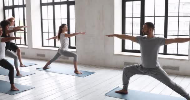Béďa mužský trenér ukazuje různým lidem cvičení bojovník dva
