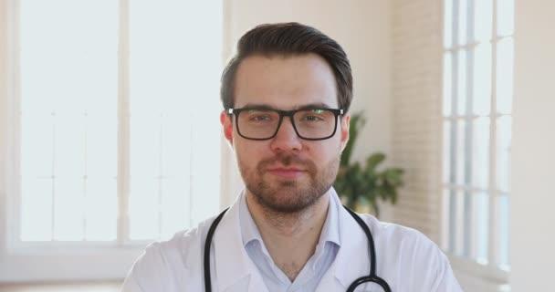 Lächeln Mann Arzt tragen weiße Uniform Blick in die Kamera, Nahaufnahme