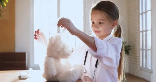 Kindermädchen tragen weiße Uniform mit Verband auf Spielzeugkopf