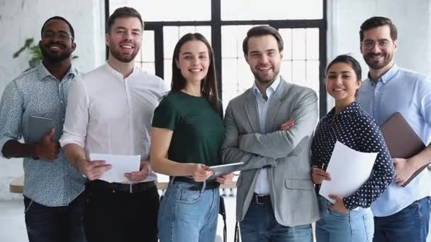 glückliche professionelle multiethnische Geschäftsleute lächeln in die Kamera