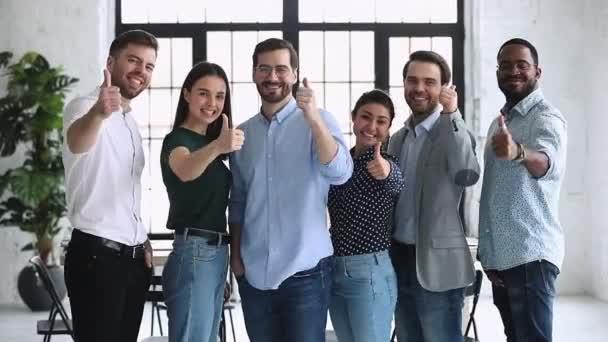 Happy profesionální různí podnikatelé ukazují palce nahoru pohled do kamery