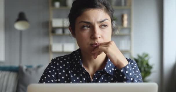 Gondolkodó aggódó indiai nő dolgozik számítógépes gondolkodás megoldása probléma