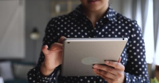 Žena grafička držící digitální tablet kresba kreativní skica, detailní záběr