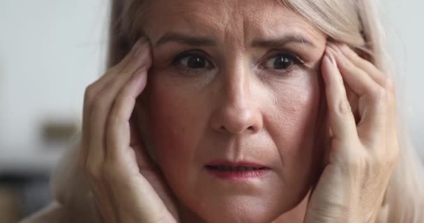 Idős nő félelemérzet stresszes, mentális problémák, közelkép