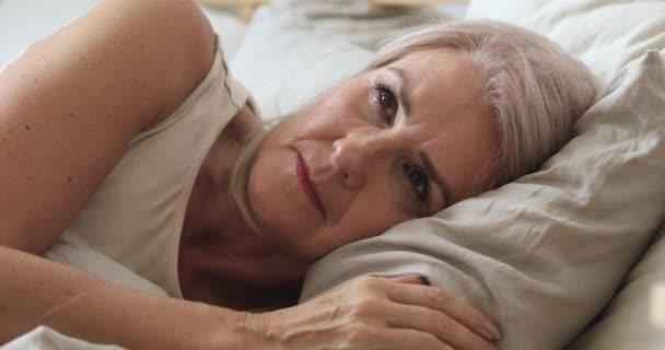 Otrava starší žena pocit frustrace trpí nespavostí v posteli