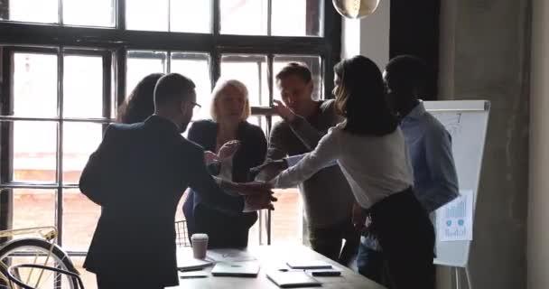 Boldog multiracionális üzletemberek idősebb vezető verem kéz együtt