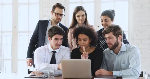 Tvůrčí rozmanité etnicity tisíciletý obchodní tým brainstorming při pohledu na počítač