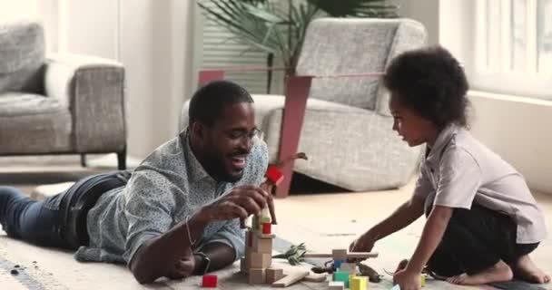 Glückliche afrikanische Vater und Kind Sohn spielen Spielzeug zu Hause