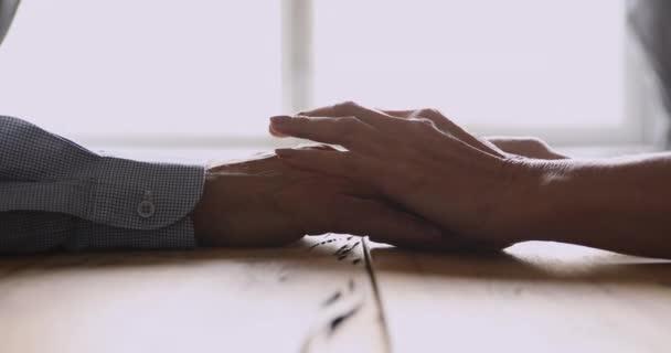 Liebevoll älter reif frau streicheln hand von middle aged ehemann.