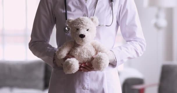 Kinderärztin mit Teddybär-Spielzeug, Nahsicht