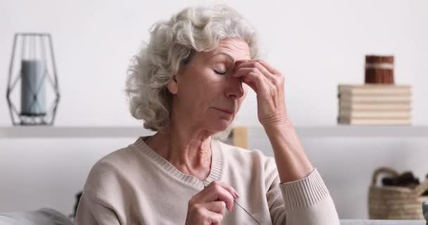 Idős hölgy dörzsölés fáradt száraz szemek érzés szemfeszülés