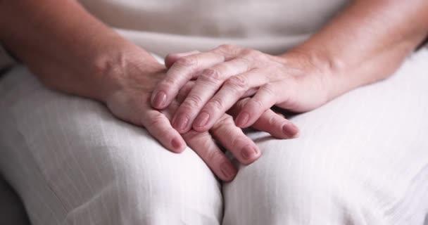 Közelkép idősebb nő hajtogatott ráncos kezét