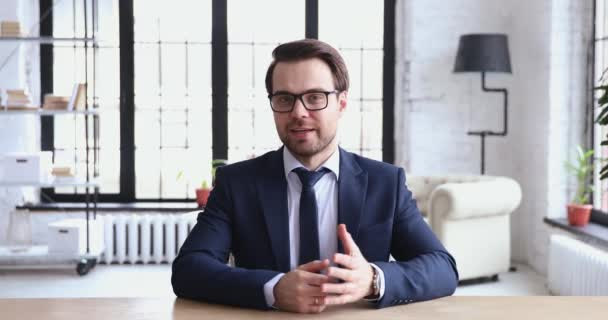 Mladý ředitel mluví ke kameře nahrávání obchodní video prezentace