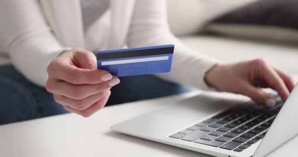 Női ügyfél gazdaság hitelkártyás fizetés online laptop, közelkép