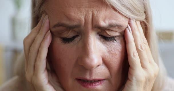Boldogtalan Ill érett női nyugdíjas akinek fáj a feje.