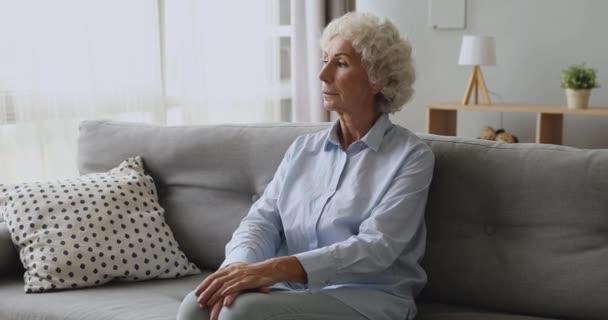 Boldogtalan középkorú érett gondolkodó nő gondolkodás problémák.