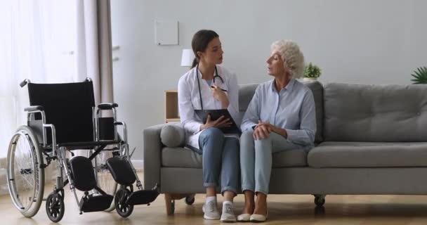 Kellemes nővér kérdéseket tesz fel a betegnek az egészségi állapotról.