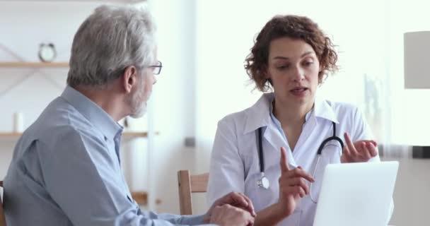 Senior erwachsene männliche Patient Händeschütteln dankt Ärztin