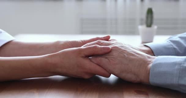 Junge Frau Tochter oder Arzt hält alte Mann Hände, Nahaufnahme