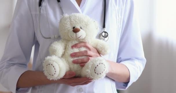 Ärztin Kinderärztin hält Teddybär in der Hand, Nahaufnahme