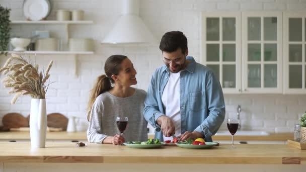 Šťastný milující rodinný pár připravuje jídlo pro romantické domácí datování.