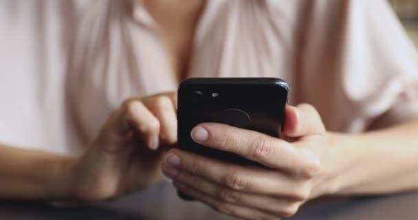 Zavřít ženské ruce držící smartphone, pomocí aplikací.