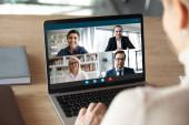 Diverse Geschäftsleute verhandeln distanziert per Videokonferenz