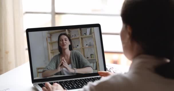 Glückliche Lehrerin kommuniziert per Webcam-Konferenz mit Schülern