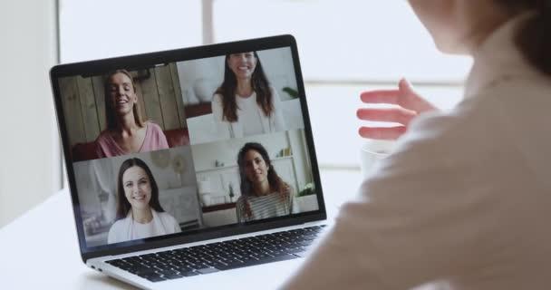 Über-die-Schulter-Ansicht von Frau Videoanrufe im Chat mit Freunden