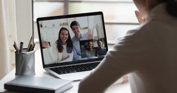 Über-die-Schulter-Ansicht von Video einer jungen Frau, die Freunde anruft