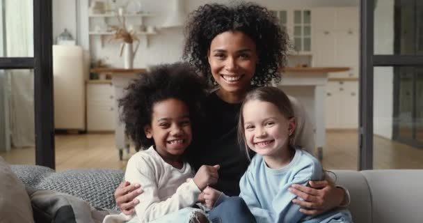 Happy smíšené závod rodina matka objímání různé dcery doma