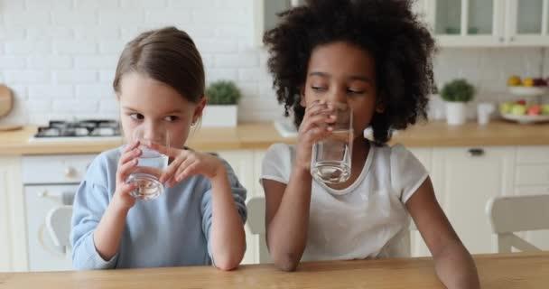 Gesunde süße Mischlingsmädchen trinken zu Hause Wasser
