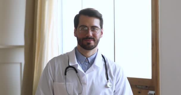 Medizinische Fachangestellte mit Brille in weißer Uniform mit Phonendoskop.