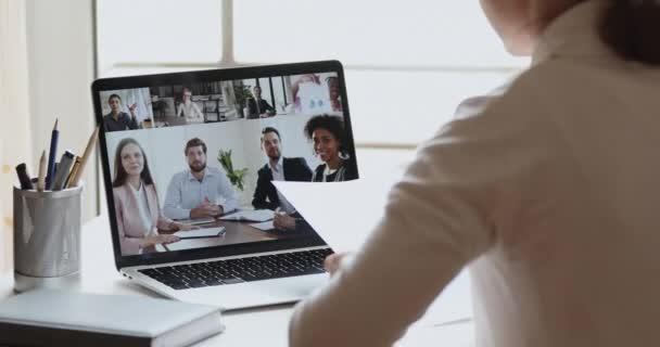 Geschäftsfrau Videokonferenz telefoniert mit vielfältigem Büro-Team per Webcam