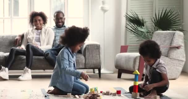 Glückliche Familie genießt die Freizeit am Wochenende zu Hause.