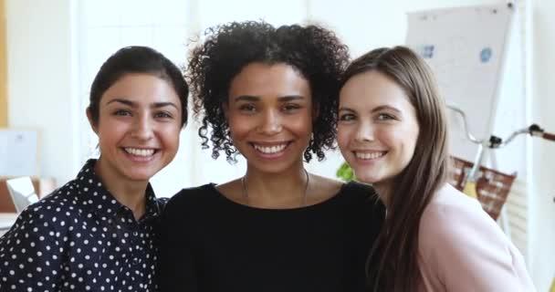 Happy diverse smíšené rasy tisícileté podnikání ženy kolegyně portrét.
