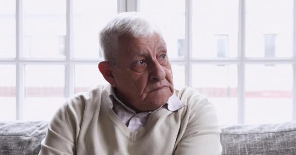 Boldogtalan középkorú idős öreg nagyapa gondolkodás egészségügyi problémák.