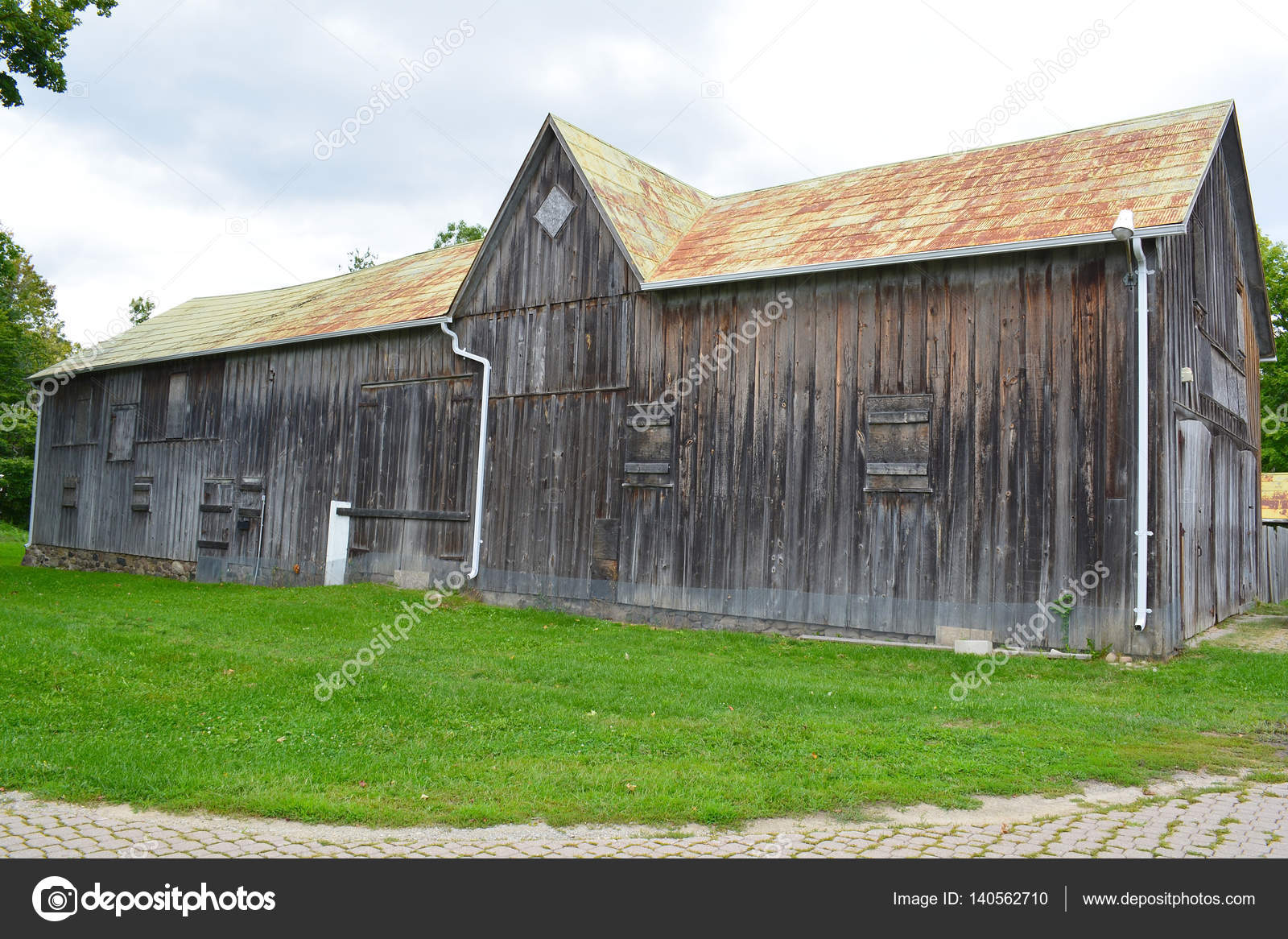 Oude grijze rustieke schuur — Stockfoto © goldenshrimp #140562710