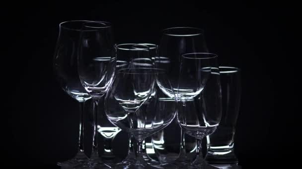 Prázdné sklenice se pomalu otáčely na pultu baru v nočním klubu. Stůl prostřený před párty nebo oslavou. Koncept cateringu, design v nočním klubu. Noční styl live.