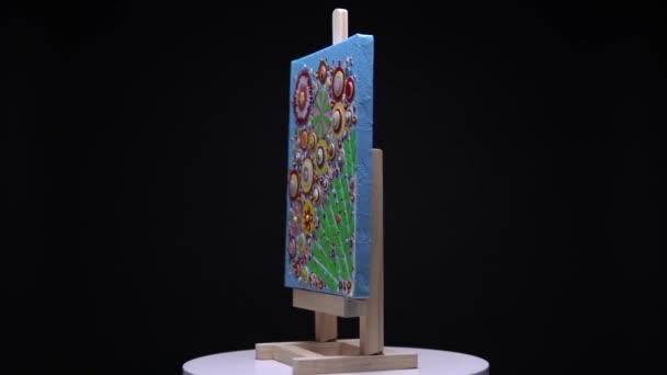 Živé barevné střídání květinových maleb na stojanu se stojanem. Umělecká tvorba s tropickými květy vizuální, současné pivoňky, růže a různé květy umělecké koncepce pro nástěnné dekorace.
