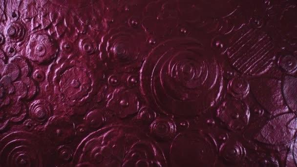 Abstraktní měděné květinové umění zblízka. Hnědočervené květinové pozadí, textura malba pokrytá kovovým prachem. Svítící pomalý závěs. Luxusní Diwali grungy nátěr povrchu rotace. 4k.