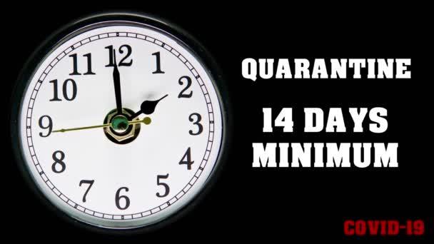 Mindestens 14 Tage Quarantäne. Covid-19 Zitat und Uhr mit Zeitraffer-Pfeil. Coronavirus 2019-nCov Konzepttext. Zeit ist wertvoll, um einer Pandemie mit Selbstisolation vorzubeugen. 4k.